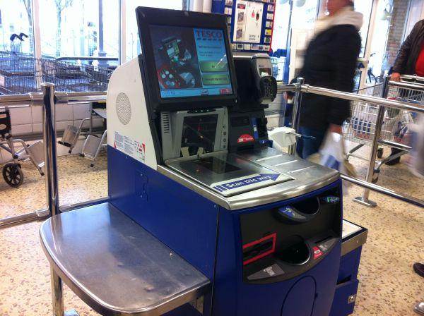 Kassenautomat_im_Supermarkt