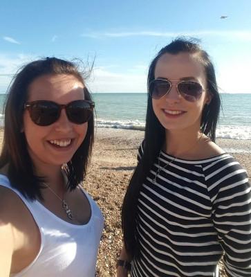 Sep_2016_Mareike_Frost_u_Chantal_Schönfeld_am_Strand_von_Brighton